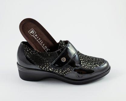 Zapato con velcro en charol con pala pintada a manchitas color platino Pitillos